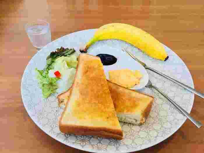 「モーニングセット」は、チーズトーストとサラダ、自家製のマヨネーズで和えたゆで卵とジャム、バナナが盛り付けてあり、どれもシンプルですが丁寧に調理されていることが伝わってきますね。さらに、小さなグラスに入った自家製のジンジャーシロップと2種類から選べるコーヒーもついています。