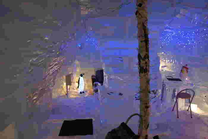 冬限定で登場するアイスバーを、ぜひ体験してみて。壁や柱はすべて氷。カウンターもグラスも氷で出来ている異世界です。想像しているより寒くなく、温かい飲み物も提供されていますのでご安心を。 大雪山を目の前にした眺望や、さらさらとした肌触りのお湯は1年中楽しめますので、四季折々の魅力を体感してくださいね。