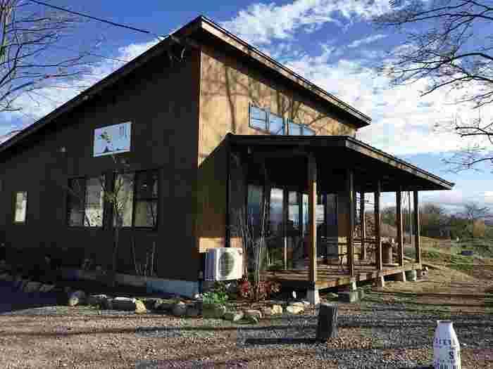 """浅間山麓のまち・小諸市の郊外。四季折々に変化する北アルプスや八ヶ岳の眺望が楽しめる丘の上に、2015年にオープン。お店のキャッチフレーズ""""信州の四季菜を食す、そばカフェ""""どおり、自家栽培の蕎麦を打ち、地元の野菜を用いた地産地消メニューを展開しています。"""