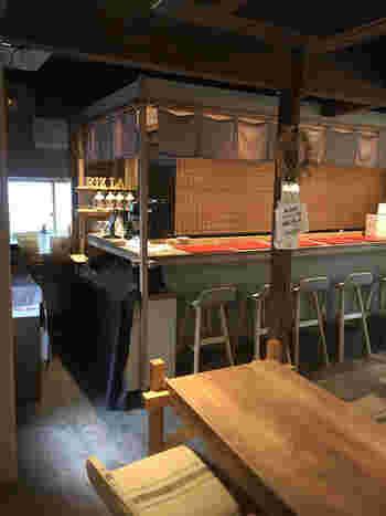 木の香りが漂う店内は、3つのお店が軒を連ね、まるで屋台のよう。その中の1軒が、和カフェ「味甘CLUB」です。
