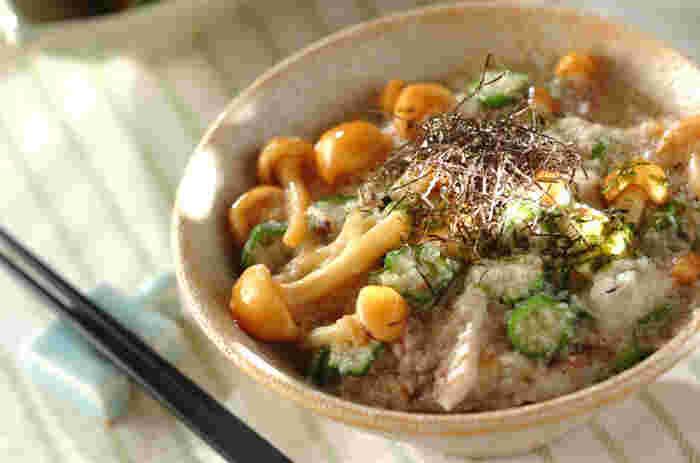 押し麦が入ったプチプチの食感がおいしいご飯に、なめこ、オクラ、長芋のネバネバとした食材、さらにグリルでよく焼いたアジの干物がマッチし絶妙な味わいに。朝食でアジの干物が余ったら、ランチや軽めの夕食にいかがでしょうか。