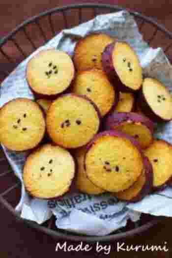 まるでさつまいもの輪切りそのままのインパクトのあるクッキー。さつまいもと紫芋パウダーで作るので味もしっかりさつまいもの美味しさを感じられ、ほくほくで、サクサクした食感の良いクッキーに焼き上がります。
