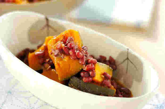 あずきは、市販の無糖のゆで小豆でも、おうちで炊いてもOK!お出汁でコトコト、ひと口大に切ったかぼちゃが柔らかく炊けたら小豆を合わせ、お味噌を加えてください。お味噌の風味がかぼちゃの甘味を引立ててくれますよ。