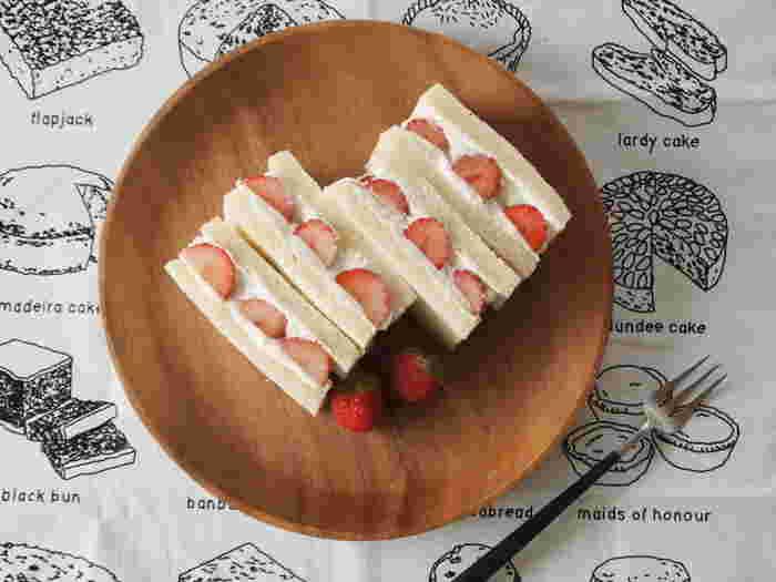 サンドウィッチ用の食パンに、市販のプレーンヨーグルトを水切りしたものと、いちごを並べて作ります。朝食や3時のおやつにも!手軽でうれしいレシピです!