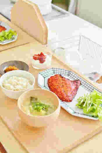 東屋のお茶碗と九谷焼を組み合わせた朝食の風景。めいぼく碗と木のトレーを合わせると、温もりのある優しい雰囲気に。