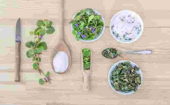お料理の味付けや飾り付け、さらにハーブティーやフレーバーウォーターを作ったりと、何かと便利な「ハーブ」。さらに乾燥させて吊るしたり、ポプリにすれば、お部屋に素敵な香りが広がります。おうちにハーブ菜園があれば、必要な時にちょこっと収穫もできちゃいます♪