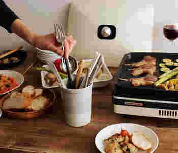 シンプルなフォルムですが、使い勝手を考えて作られており、口が微妙に広いため、キッチンツールの出し入れがスムーズで、かさばりやすいキッチンツールをコンパクトにまとめることができます。さらに適度な重みがあるので安定感もバッチリで食卓に置いても◎。