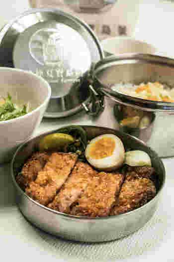 「魯肉飯(ルーローハン)」などの固定メニューの他、平日は「薬膳カレー」や「台湾鉄道排骨弁当」などの日替わりランチメニューで、本格的な味わいの台湾料理が楽しめます。   もちろん、日本でも人気の「豆花(トウファ)」や「愛玉子(オーギョーチ)」などのデザートも…。