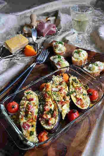ナスの形を生かした、トースターで簡単にできるパルミジャーノとハムのナスボート。見た目も良く、ワインが進む秋のパーティーで是非作りたいレシピですよ。