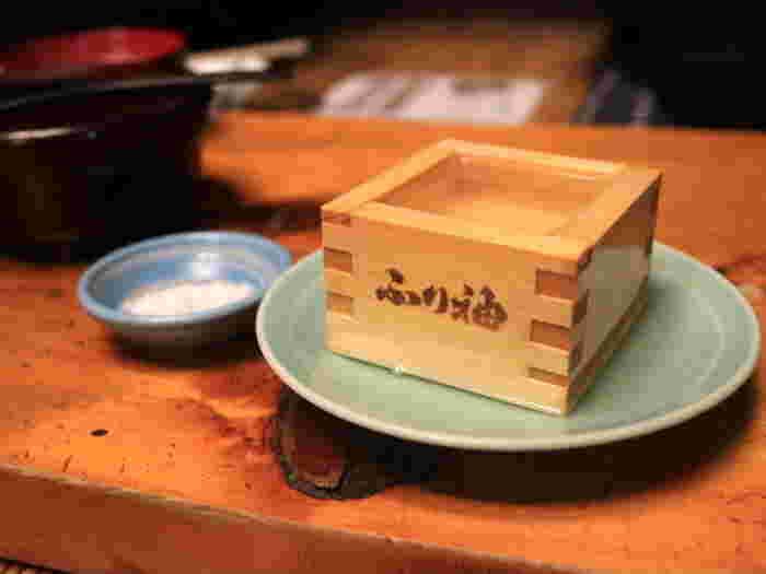 江戸情緒あふれる老舗のメニューには、日本酒が似合います。升にお塩を乗せてきゅっと一口いただけば、当時にタイムスリップしたかのような気分を味わえます。歴史と趣きが感じられる店内でいただく江戸庶民の味。五感で江戸を堪能してみては?