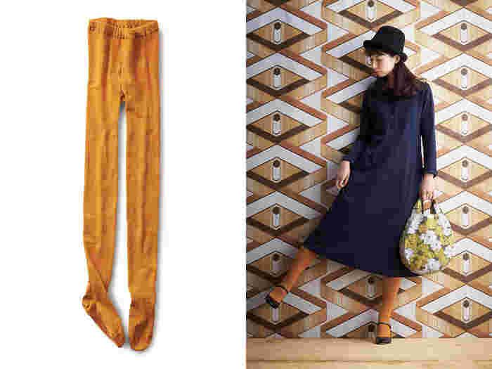 同じワンピースでも、合わせるタイツの色を変えるだけで雰囲気はグッと変わります。もちろん、防寒対策としても優秀。靴下の生産が盛んな地として知られる、奈良県の専門工場で作られたタイツは、ゆるゆるでもパツパツでもない、ほどよい締め付け感にこだわって作られたそう。オレンジ・青・黒の三色展開なのでどれも欲しくなっちゃう!