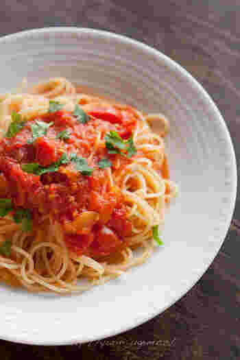 ビタミン豊富な真っ赤なトマトは火を通すと甘みがさらに増します。トマトソースは水煮缶でも美味しく作ることができますが、そこに生のトマトもプラスしてあげるとさらに美味しくなりますよ。トマトソースは沢山あればオムレツなどにも使える万能アイテム。しっかりマスターしておきましょう。
