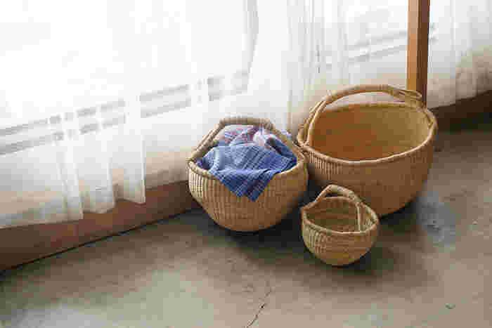 西アフリカのガーナ北部で古くから作られている伝統的なバスケット。現地では野菜や果物の収穫、買い物の時などに使われているそうです。手作りならではのあたたかい味わいがあり、家にさりげなく置いてあるだけで絵になるバスケットです。