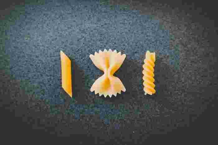 短くて様々な形があるショートパスタ。左から「ペンネ」、リボンの形をした「ファルファッレ」、ねじれた形の「フジッリ」。そのほかにも貝の形をした「コンキリエ」など種類も豊富。ショートパスタは形に特徴がありソースと絡ませやすいので、オイル系よりもクリーム系やトマト系などの濃厚なソースとの相性が良いです。形とソースで楽しめるのもパスタの魅力の一つですね。