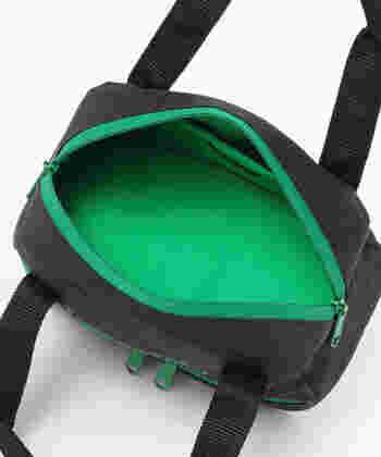 カートの限られたスペースである荷物を入れるカゴに程よく収まる幅22×高さ21.5×マチ11 cmサイズなので、邪魔にならず使えます。しかもバッグは上下に分かれており、上段にはボールや小物などを入れておけて機能性もバッチリ。
