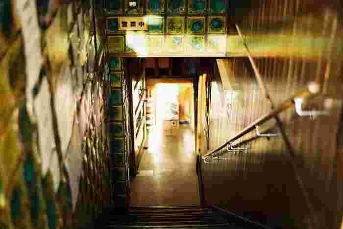 地下に降りる階段。ゆっくり下りましょう。