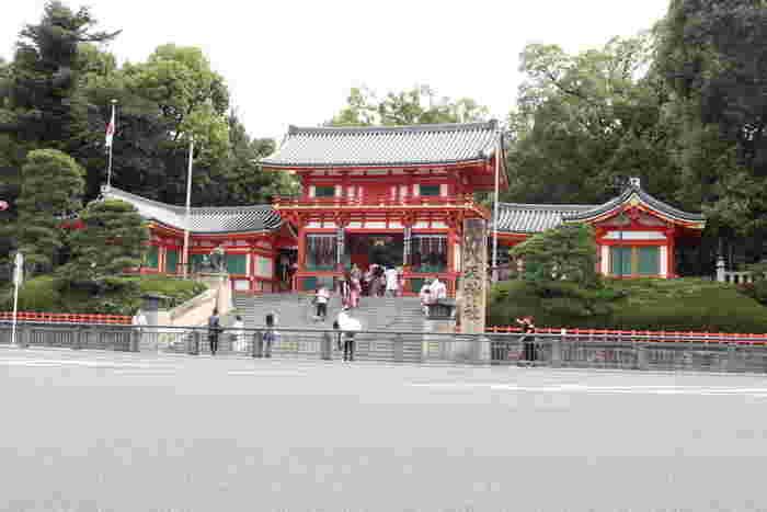 祇園は、かつて祇園社と呼ばれていた八坂神社の門前町であったことから、この名がつけられました。