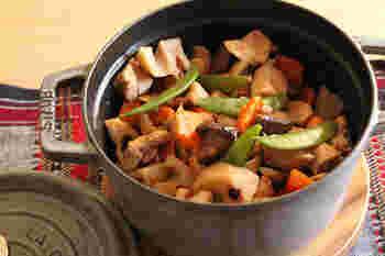 水やだし汁を加えず、素材から出る水分と調味料のみで煮るレシピです。