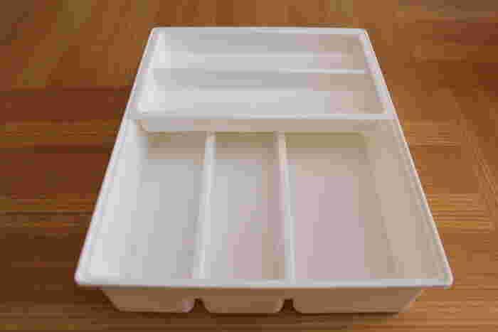 こちらはスライド式のカトラリーケース。上下にたっぷりカトラリーを収納出来ます。これひとつでも便利ですが、収納名人の手にかかれば、もっと収納力がUPしますよ。その方法とは・・・