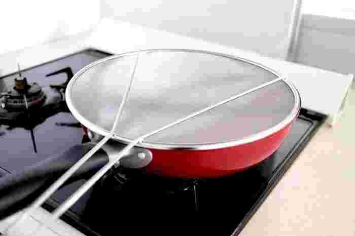 油はね防止ネットは、料理中に蓋のように鍋に乗せておけば、油やソースが飛び散るのを防いでくれます。コンロ周りの掃除が楽になるだけでなく、やけどする心配もなくなりそうですね。油はね防止以外にも、野菜や麺などの湯切りとして使うこともできますよ。