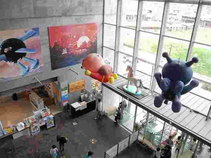 天井にはアンパンマンとバイキンマンが飛んでいます。ワクワクする空間に子供たちも大喜びですね。