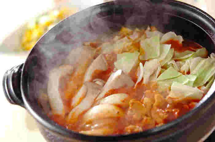 女性に大人気のトマト鍋にカレー粉をプラスしたトマトカレー鍋。トマトの酸味とスパイシーなカレー粉が食欲をそそる一品で、お子様から男性まで、性別・年齢問わず喜んでもらえそうな味ですね。