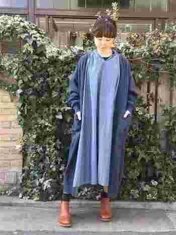 こちらはブルー系のグラデーションがおしゃれなレイヤードスタイル。ゆったりシルエットのアイテムを組み合わせた、ナチュラルで上品な着こなしがとっても素敵ですね。ワンピース×カーディガンの女性らしいスタイリングには、マニッシュなブーツでスパイスをプラスすると◎。