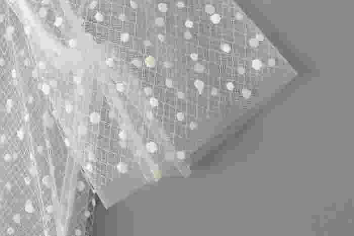 透け感のあるデリケートなチュール生地。おしゃれに着こなすには、それとは反対のベクトルをいく肉厚な素材を、思い切りよく合わせるのがオススメです。