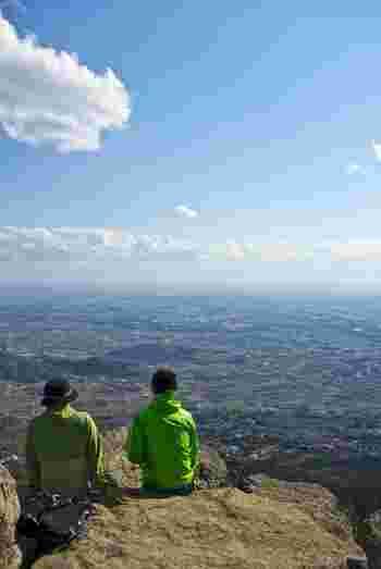 女体山の山頂は岩場で、遥か遠くまで見渡すことができます。標高は低いものの、この雄大な眺めは格別で百名山に選ばれているのも納得。
