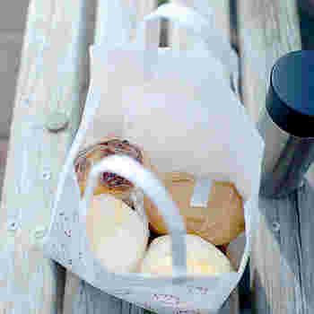 手軽なサンドイッチは、ささっと包んでそのまま紙袋などで持ち歩くことができます。ちょっと気分を変えて近所の公園でランチする際にもおすすめ。ラップやワックスペーパーで包んで、お気に入りの紙袋などに入れてお出かけしましょう。