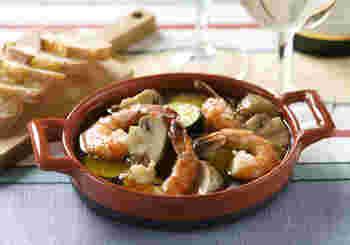 スペインのタパス(小皿)料理の代表的メニュー、アヒージョ。なかでも海老とマッシュルームは、人気の具材ですね。おうちでも簡単にできますので、ぜひどうぞ。