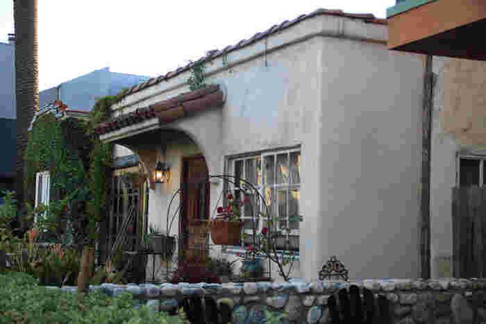 まるでカフェのようなつくりのタイニーハウス。ドアや窓枠、外観の壁にもこだわると小さくっても素敵なお家に。