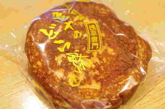 亀十のどらやきは、テレビ番組などメディアで紹介されるほど有名。ここのどらやきの特徴は、パンケーキのように香ばしく焼かれた皮+甘さ控えめの上品な味わいのあんこが組み合わさっているところです。