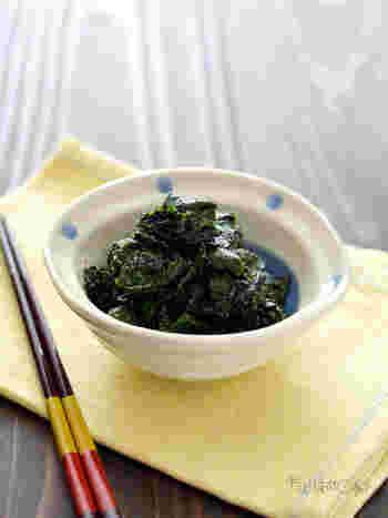 ちぎった大葉に、黒ごまや酢などを合わせるだけ。とても簡単で、豊富な栄養を一気に摂ることができます。作り置きして、食事のたびに少しずつ食べるとよさそうですね。