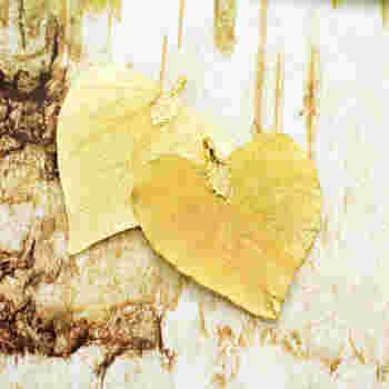こちらも、本物の落ち葉をゴールドメッキしたもの。ハートの形が、あまりにも素敵です。プレゼントにしても喜ばれそうですね。