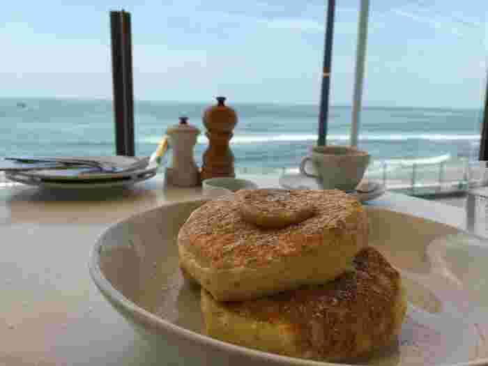 世界一の朝食と言われているビルズのリコッタパンケーキ。ナイフとフォークを入れた瞬間のフワフワ感は感動ものです。そしてリコッタチーズが程よく口に広がる味わいもまた美味。一度は食べておきたい究極のモーニングです。