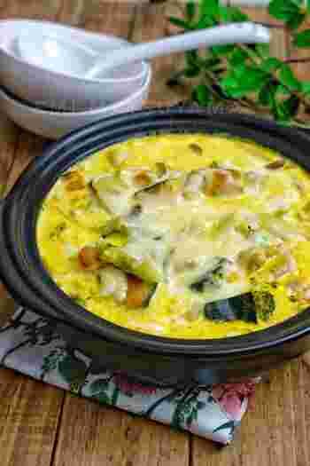 かぼちゃの黄色で元気が出そうな鍋は、生クリームやチーズを加えて濃厚な美味しさに。ブロッコリーなどを後からトッピングすると彩りも美しくなります。〆はパスタを入れて絡めながら食べましょう。