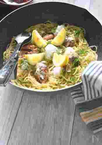 こちらのペペロンチーノは、オイルサーディン缶やにんにくで味付けするので失敗なし!大根おろしやレモンであっさりと食べられます。彩りよく盛りつけて、そのままテーブルに出してみんなでシェアして食べるのもいいですね。