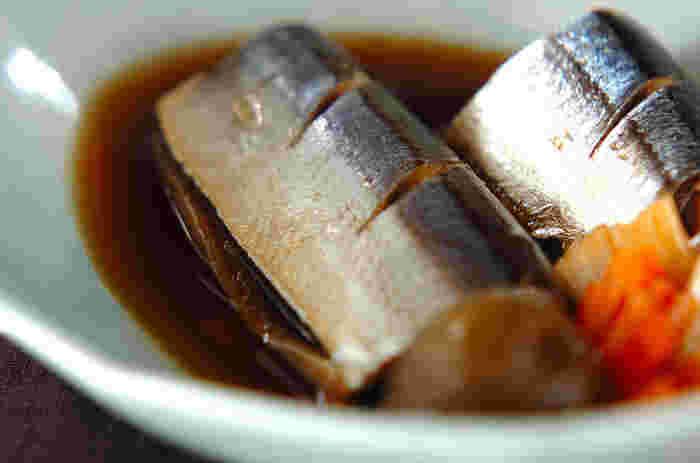 サンマの切り身を、梅酒に使った梅の実と一緒にさっぱりと煮つけた一皿。アルコールは完全に飛んで、梅の爽やかな香りだけが残ります。余りがちな梅酒の実を活用できるのも嬉しいですね。