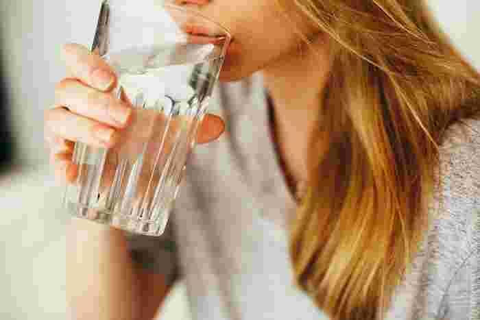 なかなか体重が減らない期間が続いても、投げやりにならず前向きに生活しましょう。ダイエットに大切な水分摂取は、停滞期においても重要なポイントです。水分を多くとって老廃物を排出します。また、温かい水を飲んで臓器を温め、代謝量を少しでも上げると良いですよ。