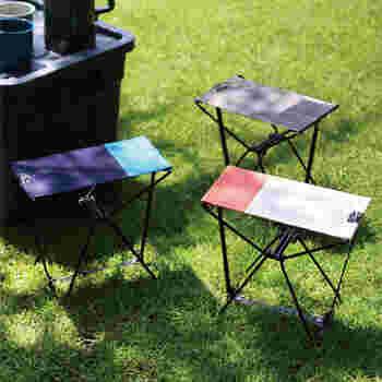 コンパクトサイズの折り畳みスツールがあると、ハイキングやバーベキューなどのアウトドアシーンがより楽しくなりそう!ポップな色合いもおしゃれですね。軽量で専用のポーチがついてるのも持ち運びしやすくて便利☆