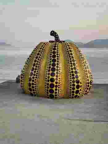 瀬戸内海に浮かぶ香川の島々を中心に、毎年「瀬戸内国際芸術祭」が開催されています。「瀬戸内の都」とも呼ばれる、大自然と近代アートが融合した魅力あふれる街です。一人旅・カップル・お子様と一緒に家族で訪れても絶対に満足させてくれる観光地ですね。