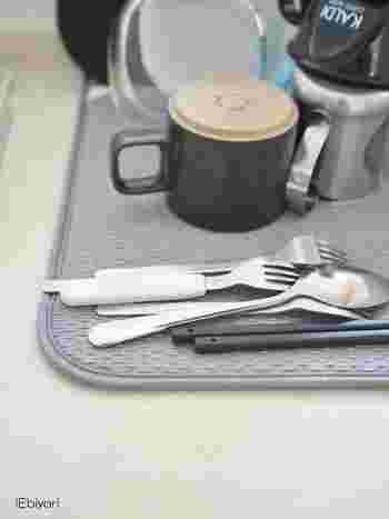 ディッシュマットは週に一度洗濯すればOK。カビも臭いも気にならないそうです。水切りかごを洗うのが面倒という方におすすめのアイテムです。