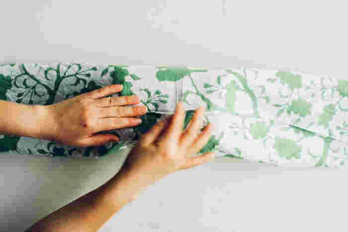 包む時は、ます手ぬぐいの中央にお弁当を置き、三つ折りにします。