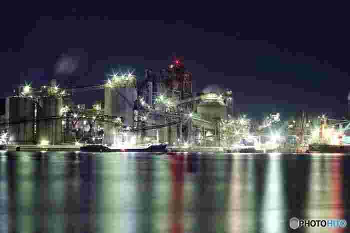 工場夜景とは、その名の通り、化学プラント、石油化学コンビナート、製鋼所、製鉄所といった大型工場が集中する工業地帯で観ることができる夜景のことです。