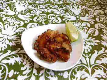 タコは、ザンギの食材としてとても人気。火を通しすぎると硬くなるので、サッと揚げるのがポイントです。