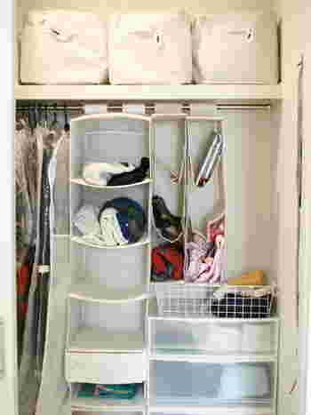 こちらも吊るす収納でポンポンと収納することができますね。 洋服が見えるので取り出す時も便利です。