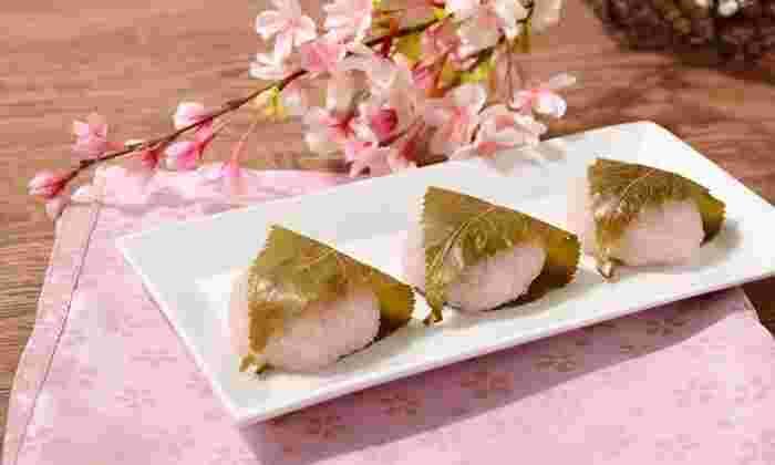 桜餅には「関西風」と「関東風」がありますが、どちらもおいしいですよね。写真は、道明寺粉とこしあんを使った関西風。つぶつぶ、もちもちの食感と上品な甘さがたまりません。