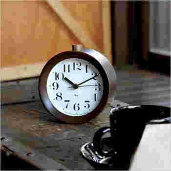 1日の終わりに、今日起きた事をいつものソファーに座ってコーヒーやお茶と一緒に、チクタクと静かな音を感じながら過ごしたいと思わせてくれるような素敵な置時計です。