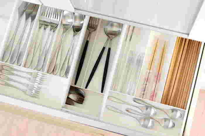 こちらはキッチンのカトラリー収納。こんなに美しくすっきりしているのは、スプーンやフォークなどが同じ種類で統一されていて、アイテムごとにしっかりと仕切られているからこそ。